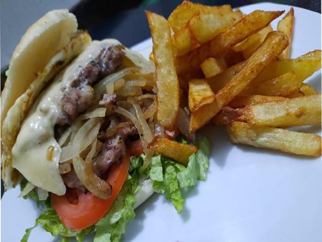 Hamburguesa Especial con cebolla rehogada y fritas